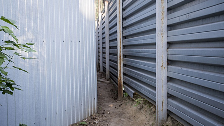 Приставы заставили ТСЖ снести забор вокруг высотки в Академгородке. Дважды