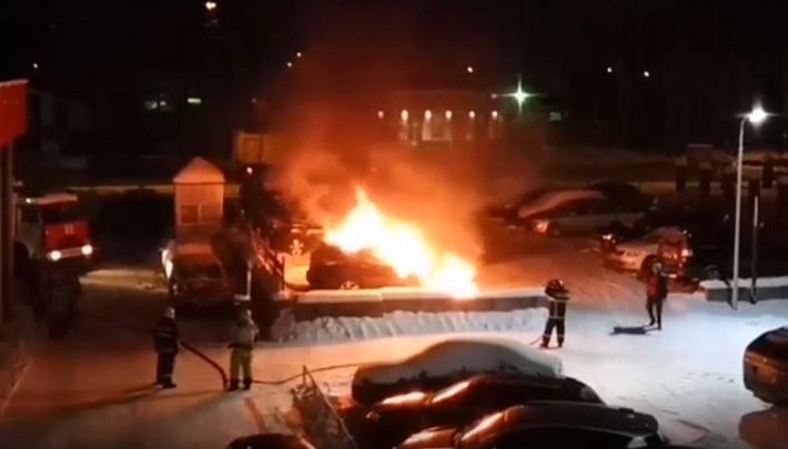 В Перми десять пожарных потушили горящий автомобиль. Видео