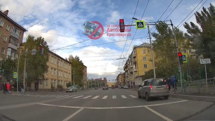 Видео: дерзкий водитель пролетел на красный в считаных сантиметрах от школьников на переходе
