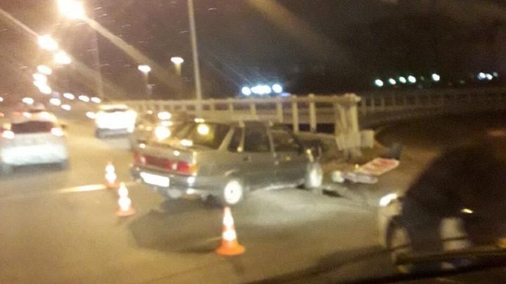 «Пассажир головой выбил лобовое стекло»: пьяный тюменец на «Ладе» влетел в отбойник на «Стреле»
