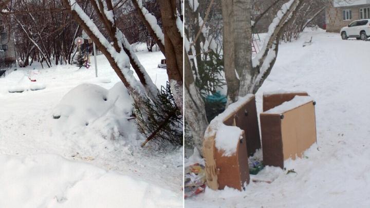 Чиновники отчитались за вывезенный мусор во дворе Добрянки. По факту — его занесло снегом