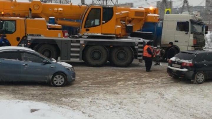 В Тольятти водитель автопоезда застрял на повороте и перекрыл движение на трассе М-5