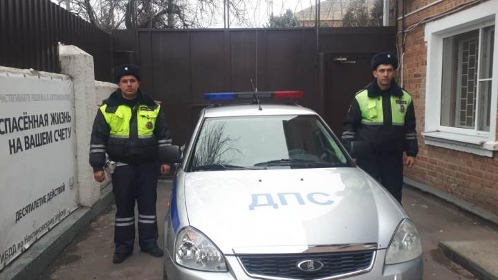 Два автоинспектора спасли из пожара семью пенсионеров в Ростовской области