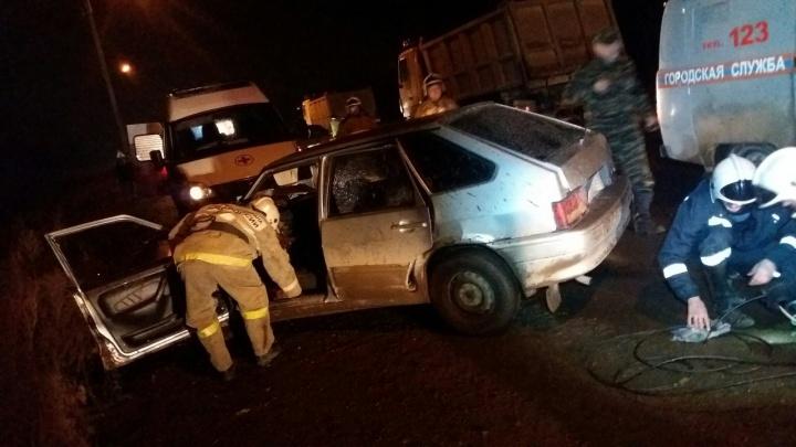 В Прикамье спасатели вырезали водителя из машины после ДТП