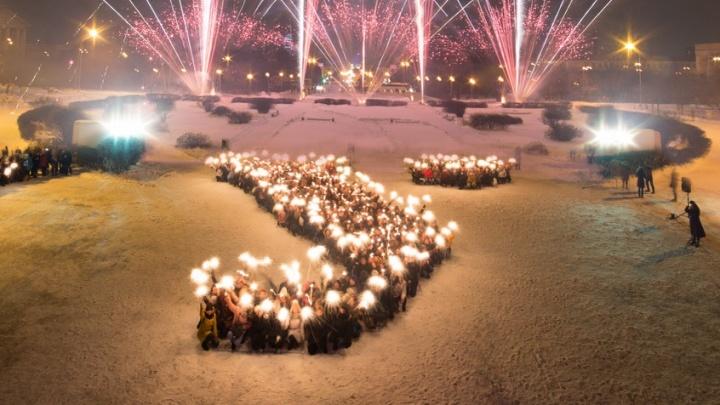 «Это было волшебно»: на площади у УрФУ сотни школьников выстроились в огромную светящуюся букву У