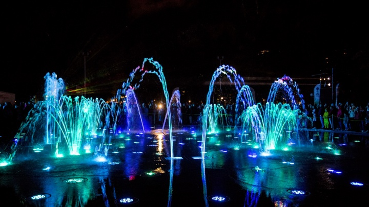 Горит по расписанию: график работы «умного» фонтана в Центральном парке
