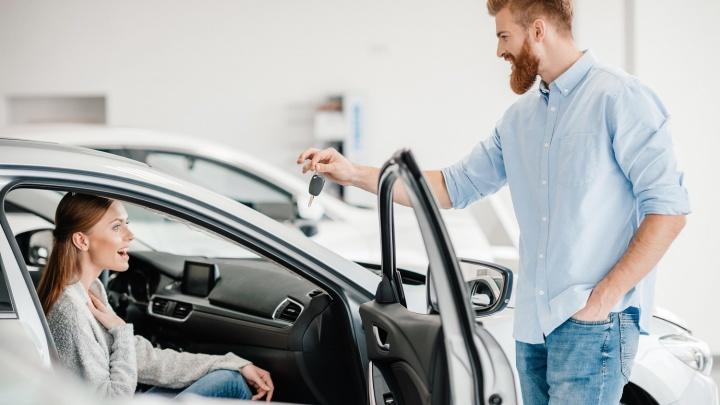 Екатеринбуржцам посоветовали не ждать новогодней суеты, а покупать новые авто уже сейчас