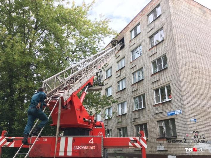 По словам очевидцев, на пожар съехалось шесть пожарных машин