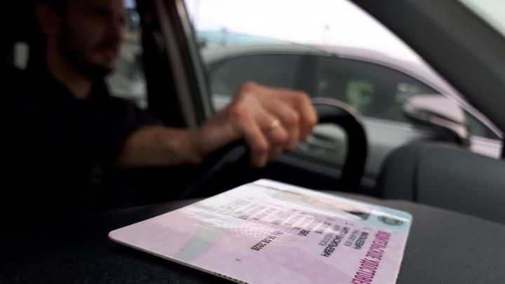 Омичка пожаловалась полицейским на мошенников, которые не продали ей водительские права