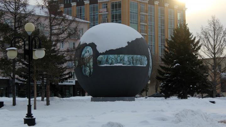 Общество охраны памятников предложило убрать шар с площади Бухгольца