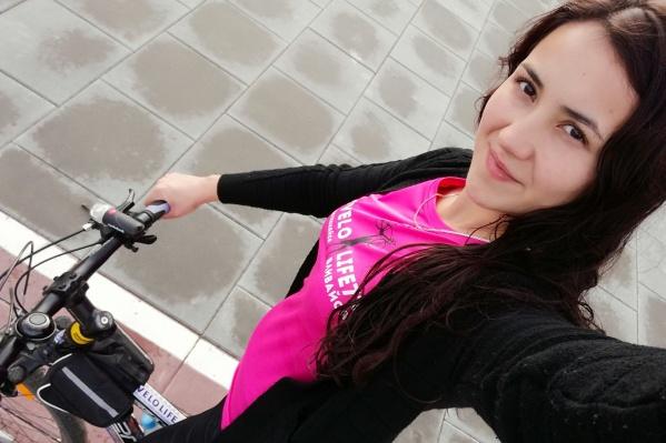 Посмотрите, какая очаровательная велосипедистка. Если вы знаете, как её зовут, расскажите нам в комментариях— укажем её имя под фото