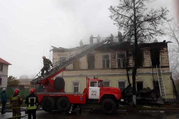 Женщина выпрыгнула в окно, спасаясь от огня