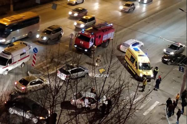 Скорая помощь и пожарная бригада приехали через несколько минут после аварии