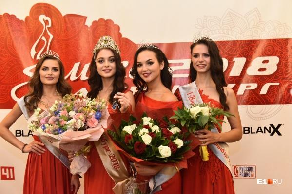 Победительница прошлого года Арина Верина (вторая слева)
