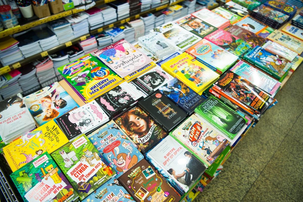 На книжной полке в соседней галерее можно найти образовательную и художественную литературу