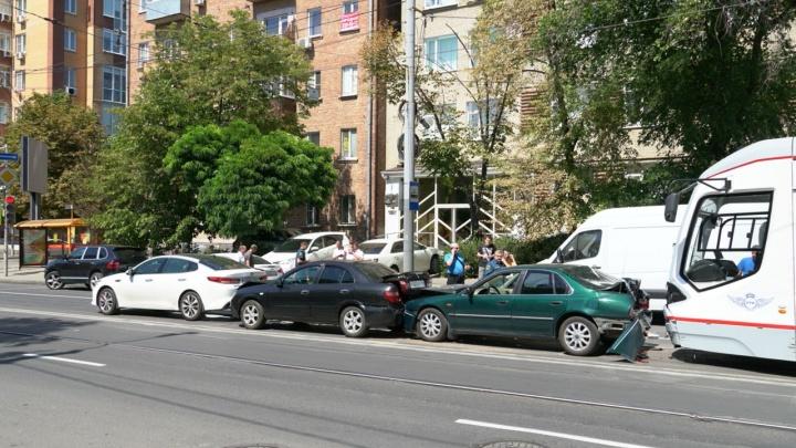 В центре Ростова три автомобиля и трамвай попали в ДТП