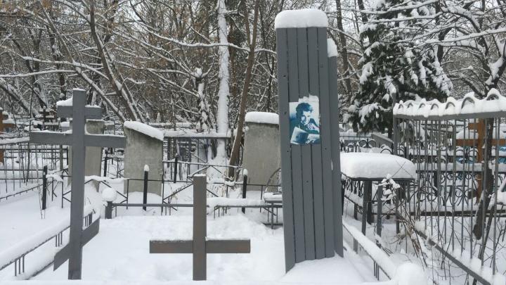 От надгробия омского поэта Белозёрова остались рельсы. Барельеф не могут восстановить более 20 лет