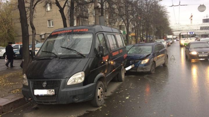 Неуправляемый «Понтиак» врезался в припаркованную «ГАЗель» похоронной службы