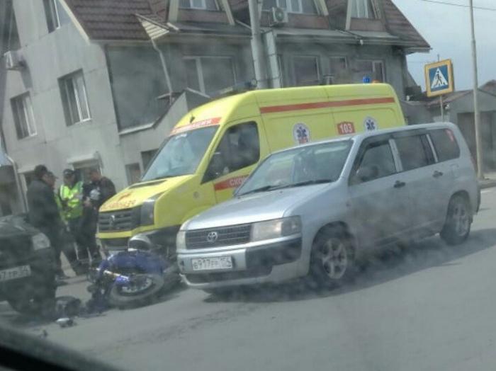 На месте аварии работают сотрудники ГИБДД и врачи
