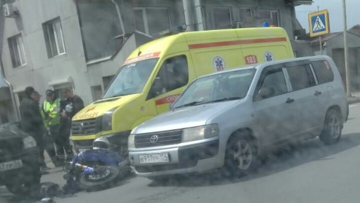 На улице Кирова разбился мотоциклист: он столкнулся с Subaru на повороте (обновлено)