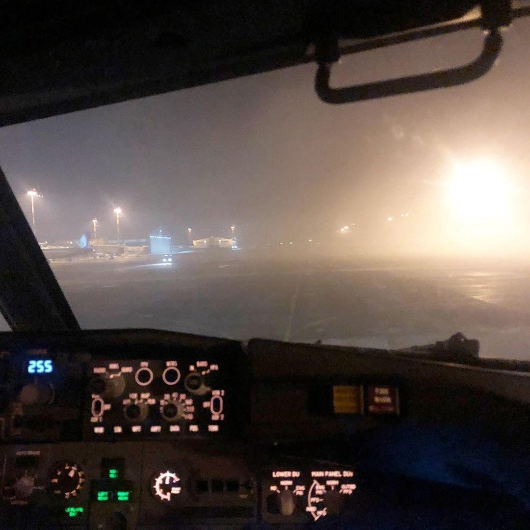 Летчик успел посадить самолет, а после этого аэропорт снова закрыли из-за тумана