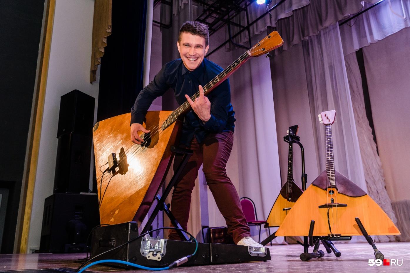 Андрей Киряков может играть сразу на нескольких балалайках, и не только народные мотивы, но и тяжелый рок