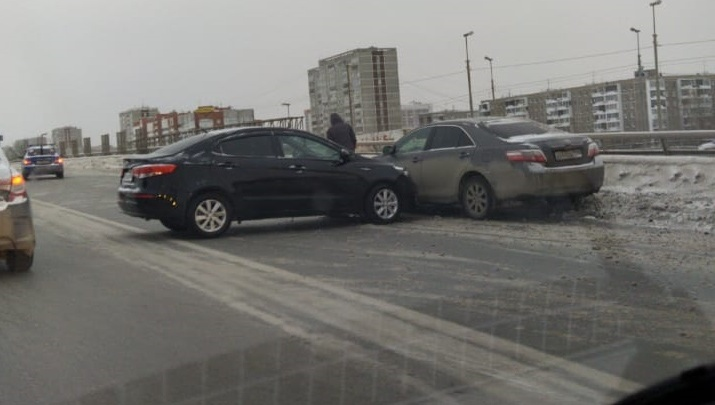 Огромная пробка собралась из-за аварии на мосту на Бебеля