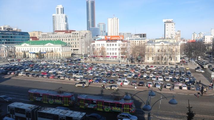 Парковку на площади 1905 года частично закроют почти на полмесяца