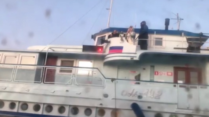 Пассажиры сошли на берег: застрявший во льду теплоход с самарцами дотолкали до Рождествено