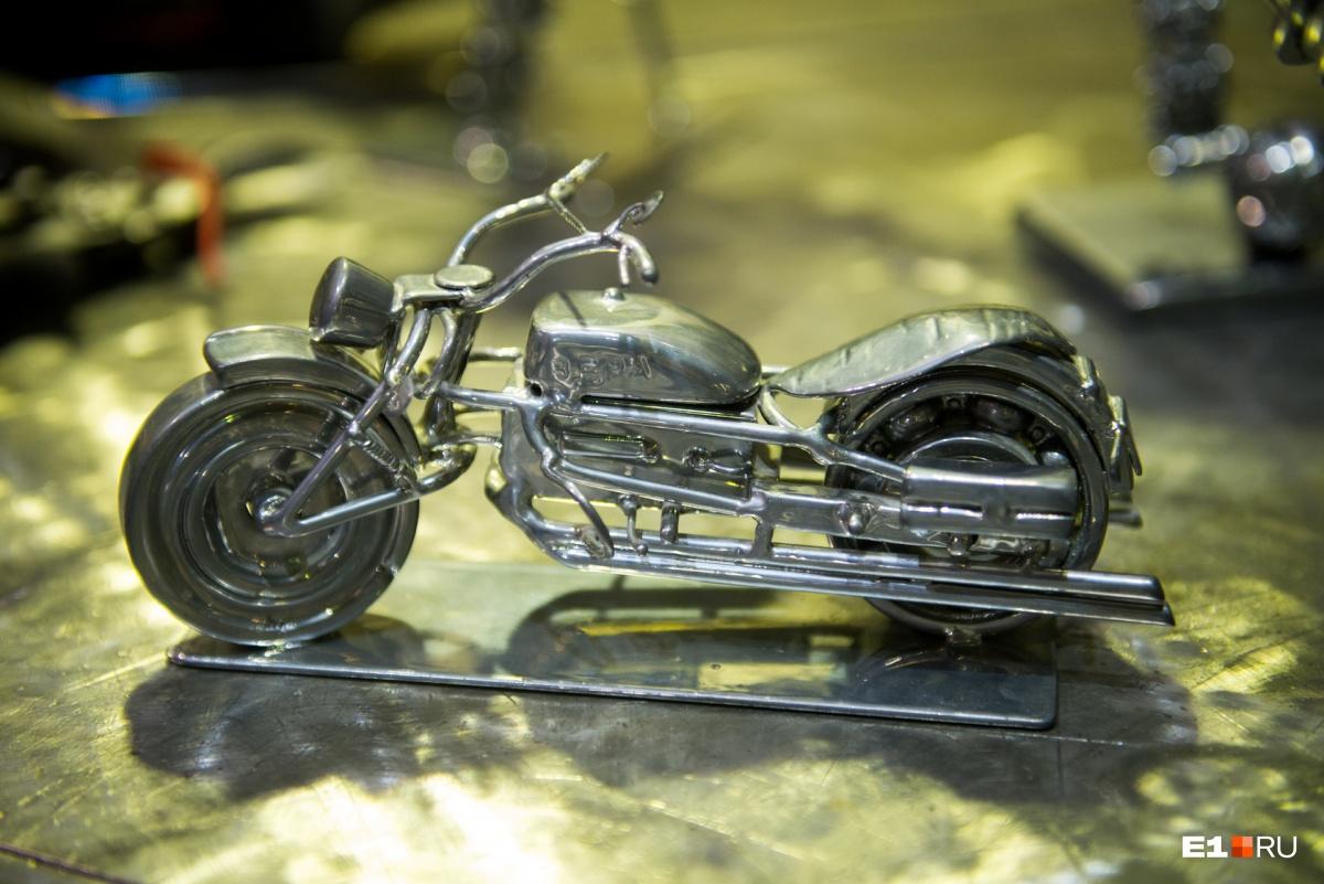 Этот мотоцикл Сергей сделал, когда у него родилась дочь — видимо, быть ей байкершей