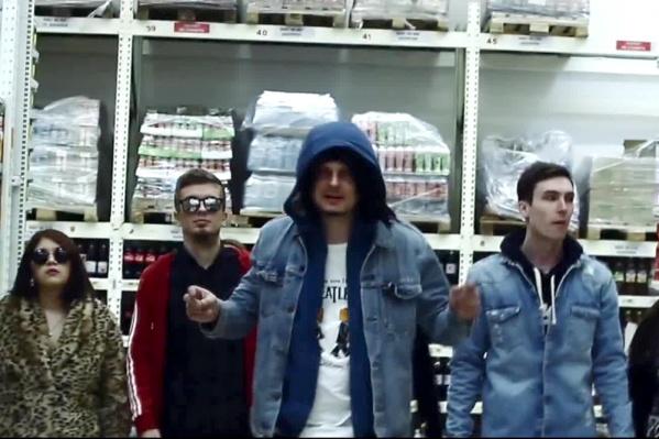 Новосибирская группа «Рви Меха Оркестр»сняла и выложили в интернет пародию на клип Филиппа Киркорова «Цвет настроения синий»
