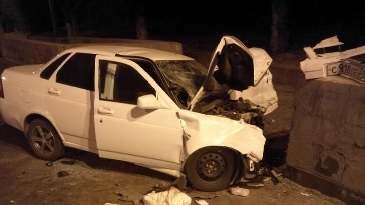 «Лада-Приора» врезалась в стену и отскочила в иномарку: трое пострадавших