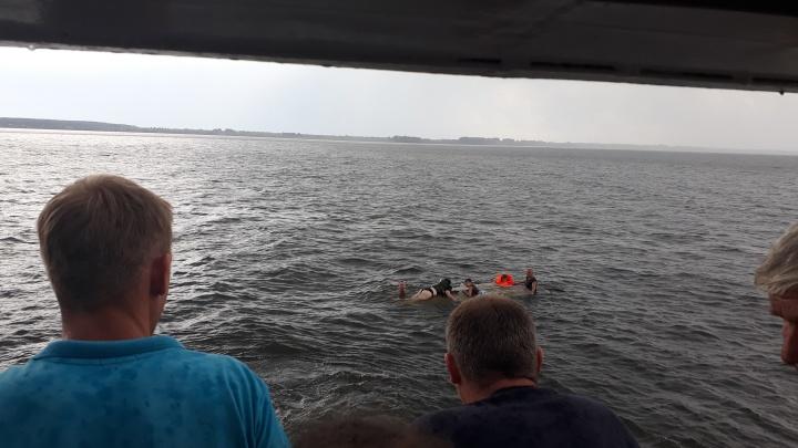 На Волге в районе Климовки перевернулась лодка с тремя взрослыми и двумя детьми на борту