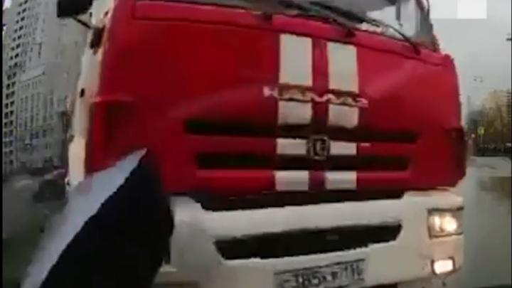 Регистратор легковушки снял, как в нее влетела пожарная машина на Токарей — Татищева