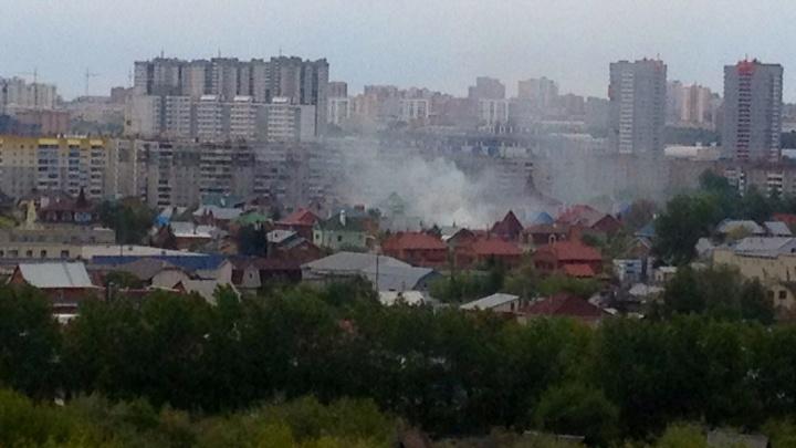 «Может рухнуть крыша»: на Северо-Западе Челябинска вспыхнул пожар в частном секторе