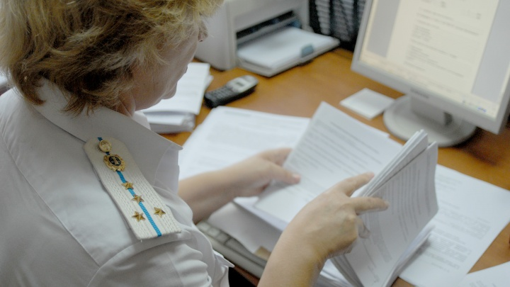 За границу не пустили: новосибирские приставы отправили домой москвичку с миллионными долгами