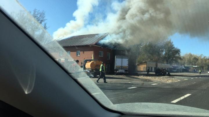 Фото: фура врезалась в дом на границе с Новосибирской областью, два человека погибли