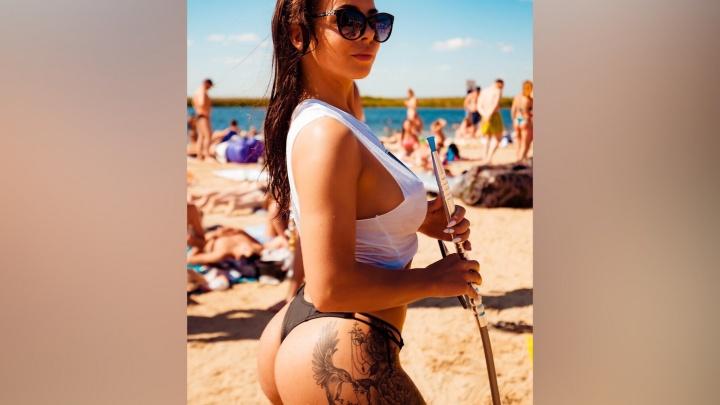 15 красавиц в мини-бикини и атлет с голым торсом: разглядываем горячие фотки с тюменского пляжа