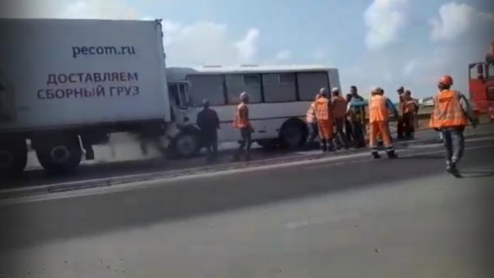 На трассе в Омской области автобус врезался в фуру. Кабина с водителем загорелась