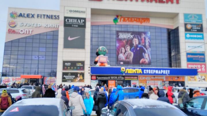 В Новосибирске массово эвакуируют торговые центры
