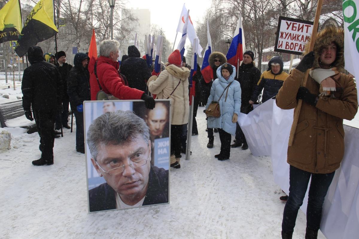 Портрет Бориса Немцова нес оппозиционный общественный деятель Андрей Гладченко