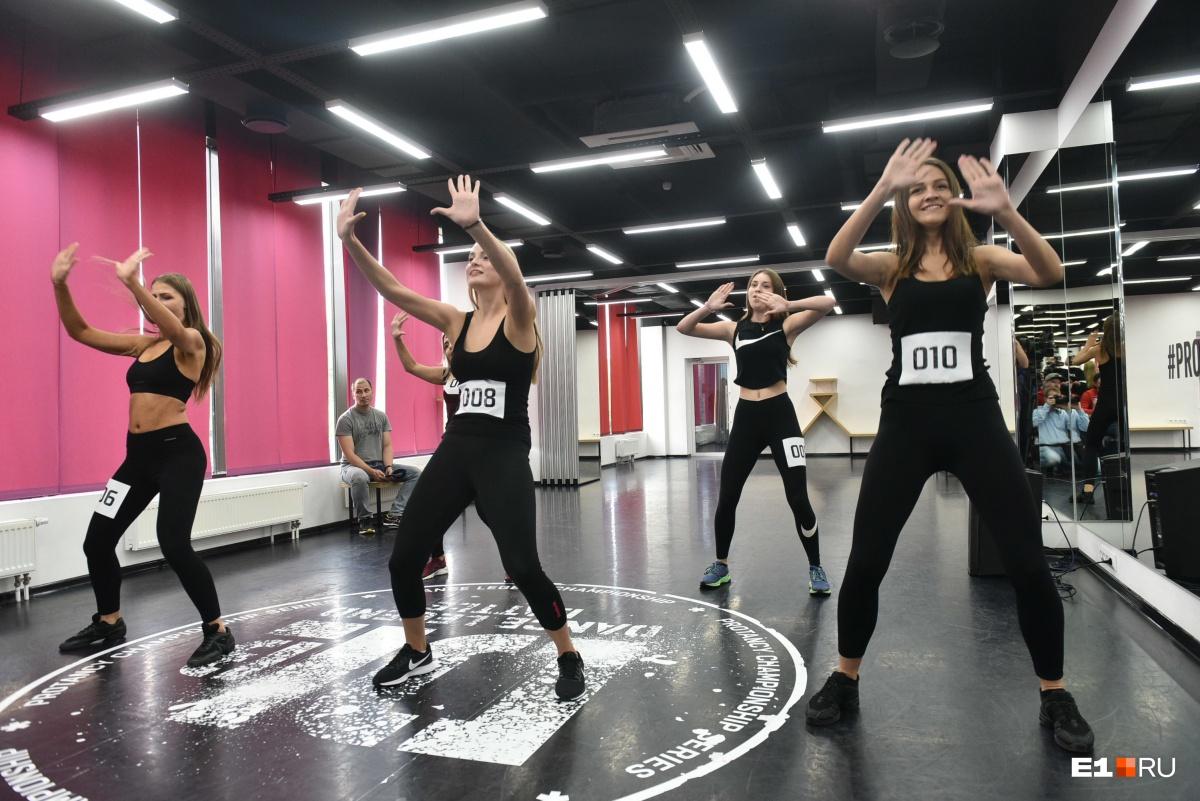 Первый конкурс девчонки проходили в командах по 4–5 человек
