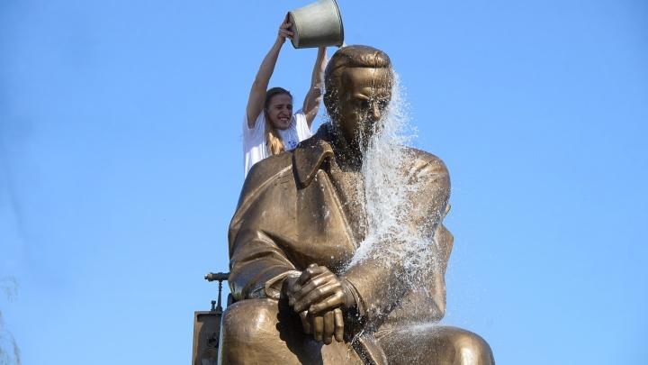 Потому что традиция! Радийщики отмыли памятник Попову