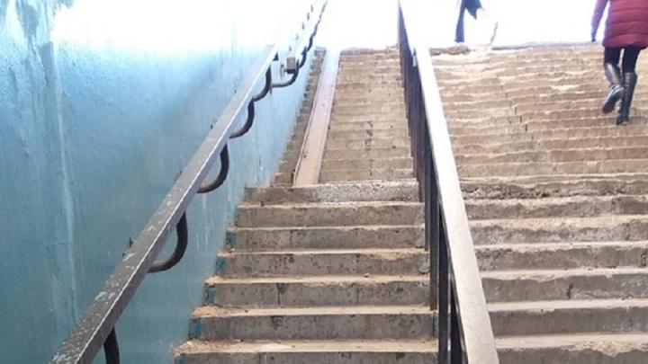 «Еще вечером был на месте»: волгоградцы по частям разобрали пандус в подземном переходе