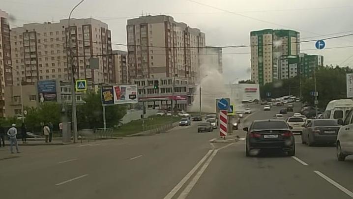 Видео: коммунальный фонтан на Бориса Богаткова повредил три машины