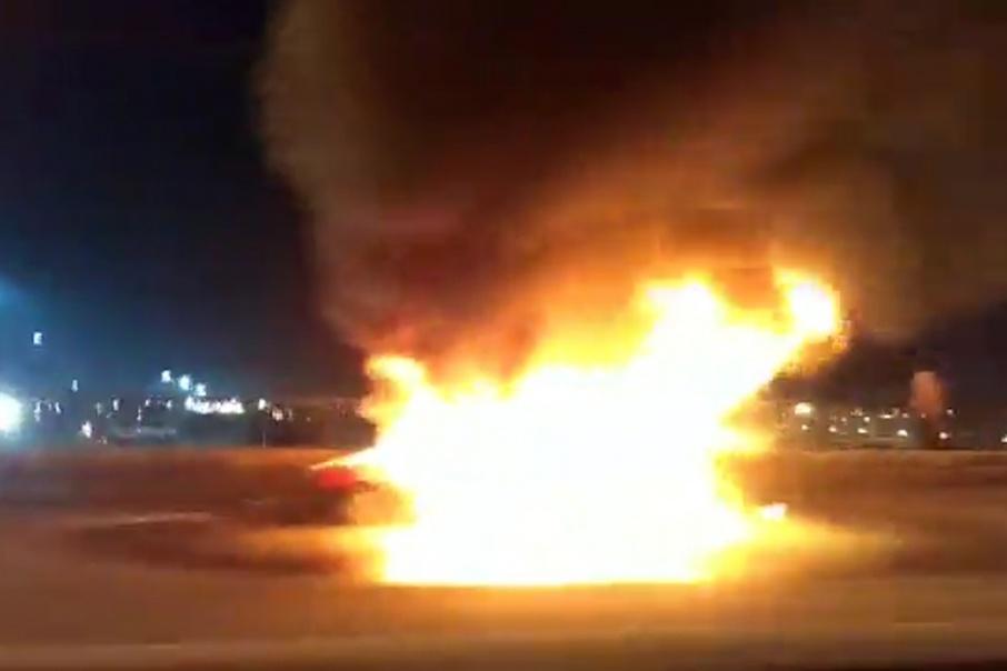 По словам очевидцев, водитель сам пытался потушить пламя
