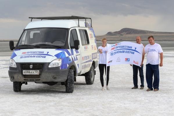 Волгоградские туристы водрузили победный флаг на озере Баскунчак
