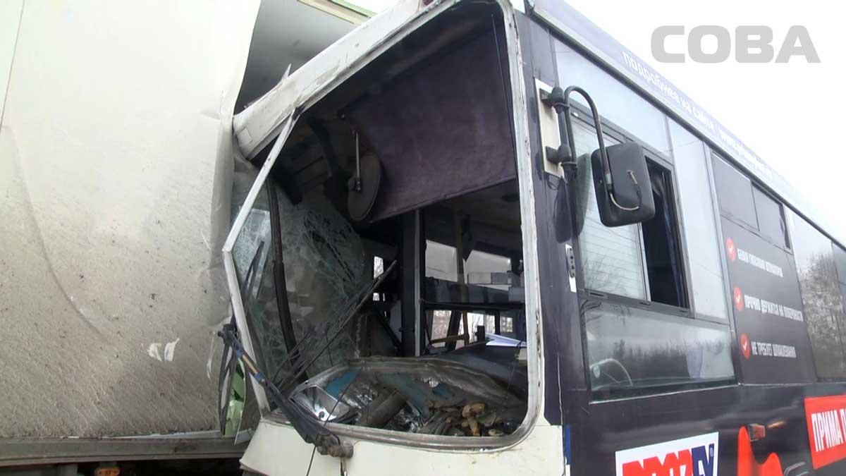 skritaya-avtobus-video-smotret-porno-zrelie-uchit-moloduyu