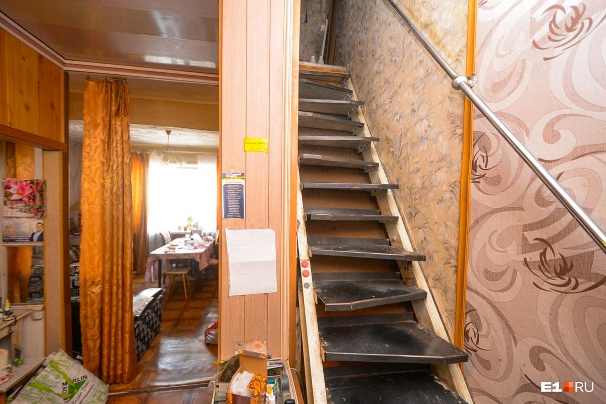 А лестница, действительно, выглядит не самой удобной