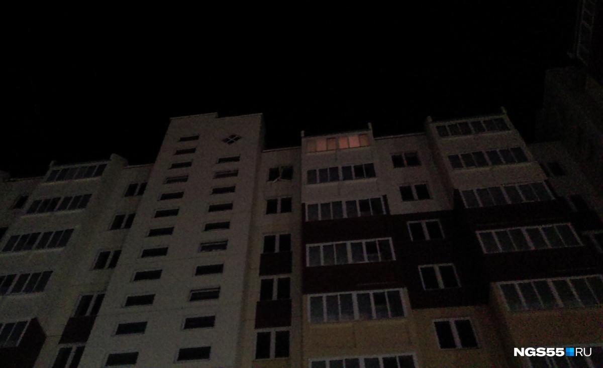 На той лоджии, где горит свет, ходят сотрудники МЧС и специалисты с фонарями —обследуют повреждения